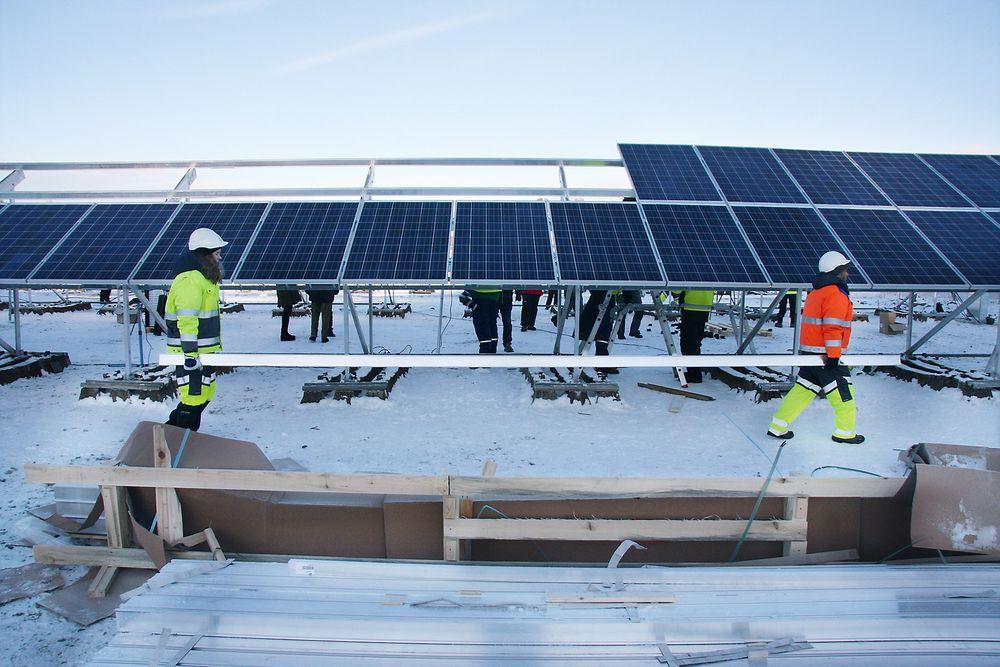 20 minus: Andrea Vatsvåg og Piyush Sainju i Multiconsult måtte stå på for å holde varmen da solparken skulle opp i ned mot 20 minusgrader.