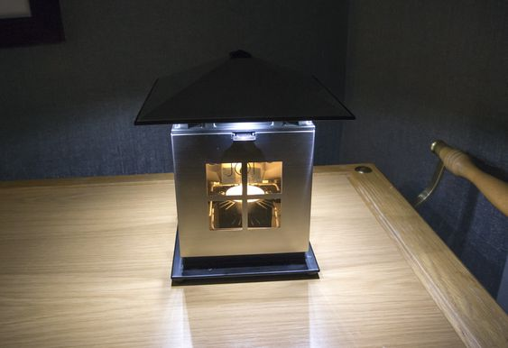 Supertelys: JOI-lampen bruker varmen i et vanlig telys til å  lage strøm som driver lysdioder. De lyser 18 ganger mer enn telyset.