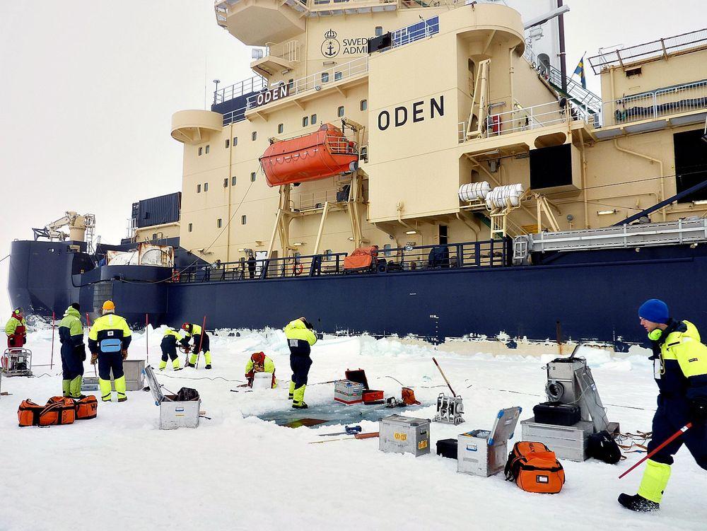 Grønlandsis: Forskere og doktorgradsstipendiater i gang med målinger på tokt med isbryteren Oden ved Nordøst-Grønland høsten 2012.   Foto: NTNU/Samcot