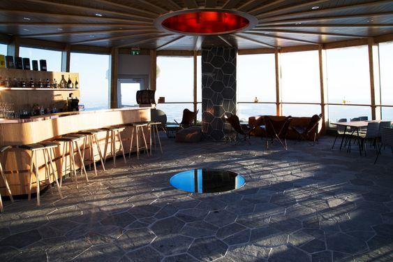 Slik ser det ut inne i baren med 360 graders utsikt.