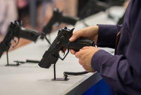 Våpenbutikker skal fortsatt få lov til å annonsere for våpnene sine.