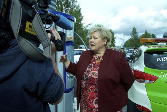 Statsminister Erna Solberg åpnet den nye hydrogenfyllestasjonen ved Oslo lufthavn fredag.