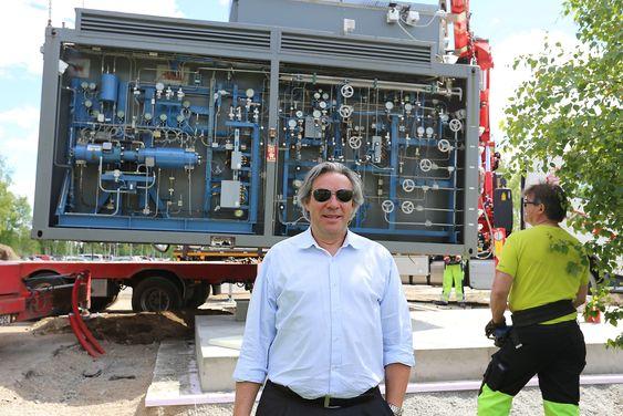 Hyop-sjef Ulf Hafseld under flyttingen av hydrogenstasjonen fra Drammen til Gardermoen i juni.