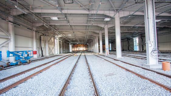 Vognhallen har åtte parallelle skinner, og kan romme inntil 40 bybanevogner på 42 meter hver.