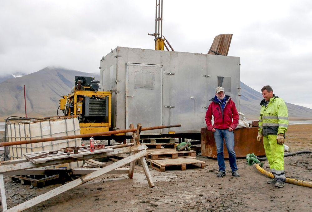 Leder for CO2-lagrings prosjektet på Svalbard, professor Snorre Olaussen (t.v.), mener at forskningsinnsatsen i Adventdalen kan forsvare de 2.450 millioner kroner som har vært investert fra 2007. Her er han sammen med basesjef og boreekspert Geir Ove Titlestad.