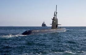 HMS Gotland på øvelse sammen med USS Lake Chaplain.