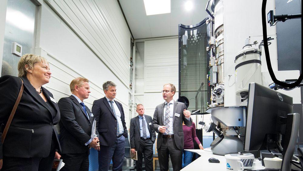 Forskningsrådet, NTNU, Universitetet i Oslo og SINTEF har gått sammen om anskaffelsen av fem mikroskop til en samlet investeringssum på 117 millioner kroner. På bildet inspiseres et av de to meste avanserte mikroskopene i Norsk senter for transmisjonselektronmikroskopiav fra venstre konserndirektør SINTEF, Unni Steinsmo, rektor UiO, Ole Petter Ottersen, statssekretær i KD, Bjørn Haugstad, avdelingsdirektør NFR, Asbjørn Mo, mens amanuensis i fysikk ved UiO forklarer virkemåten.