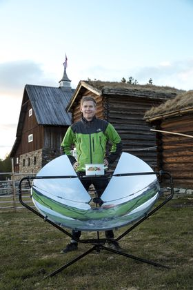Even Haug Larsen i One Earth Designs med solgrillen.