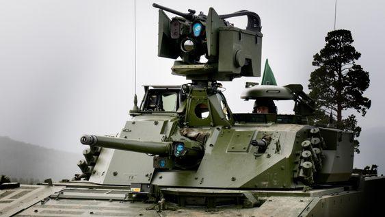 På Hærens nye CV90 stormpanservogner suppleres 30 mm maskinkanonen med en mer moderne mitraljøse og ikke minst en Protector våpenstasjon på toppen av tårnet som her er utrustet med et 12,7 mm maskingevær.