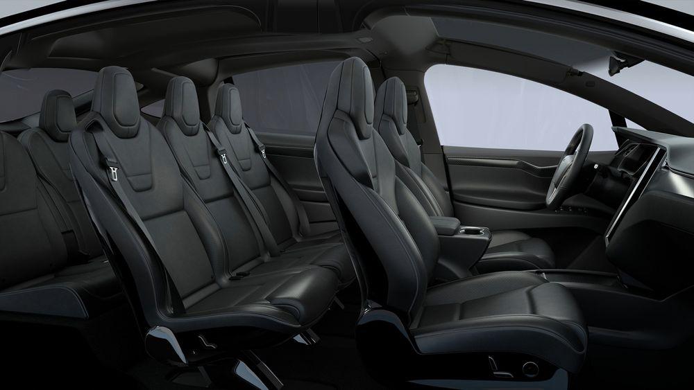 Slik ser innsiden av Teslas nye Model X ut med sorte skinnseter.