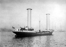 Frakteskipet Buckau med Flettner-rotorer. Skipet krysset både Nordsjøen og Atlanteren flere  ganer, men ble demontert etter noen år.