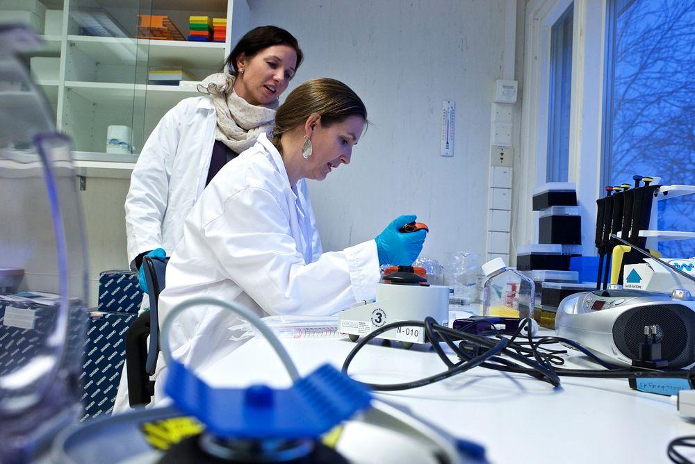 Forskningssjef Agnete Fredriksen (t.v.) og forsker Elisabeth Stubsrud i Vaccibody har startet testing på mennesker.