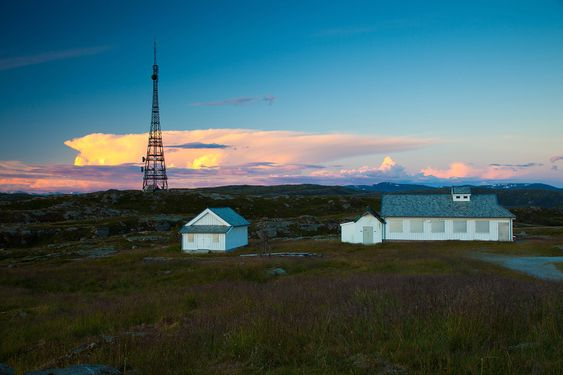 Antennene til AIS-utstyret til Kystverket er plassert på masta på Rundemanen ved Bergen. Kongsberg Seatex leverer utstyret til alle de 57 AIS basestasjonene som oppgraderes i løpet av 2015.