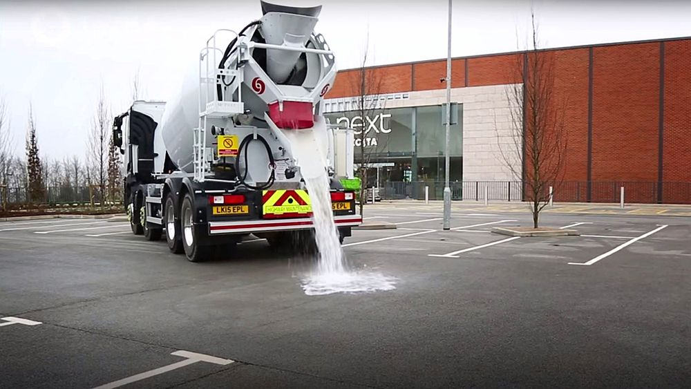 Det nye Topmix Permeable-dekket fra britiske Tarmac kan slippe gjennom opptil 1000 liter vann i timen per kvadratmeter.