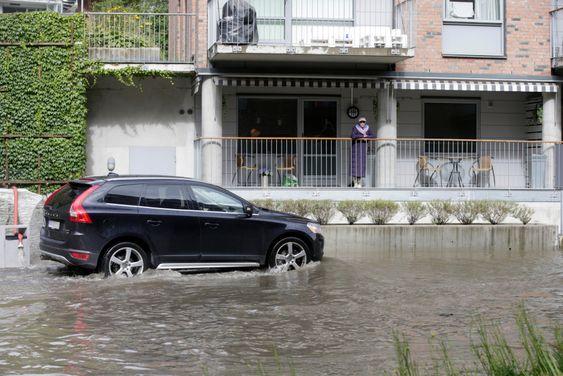 Oslo  20150902.Mange gater er  under vann i Kværnerbyen, og folk kommer ikke  fram på grunn av vannmassene.Foto: Vidar Ruud / NTB scanpix