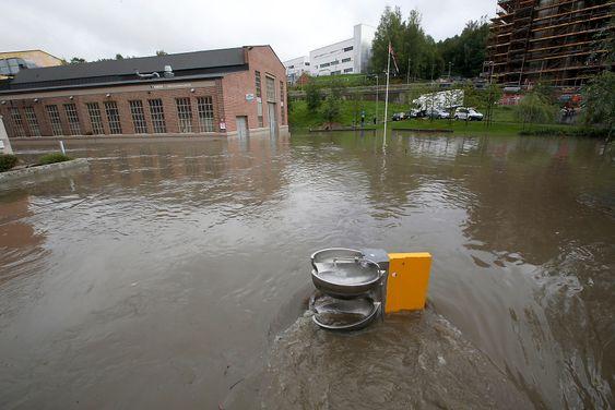 Oslo  20150902.En drikkefontene står unner vann  i Kværnerbyen, og folk kommer ikke  fram på grunn av vannmassene.Foto: Vidar Ruud / NTB scanpix