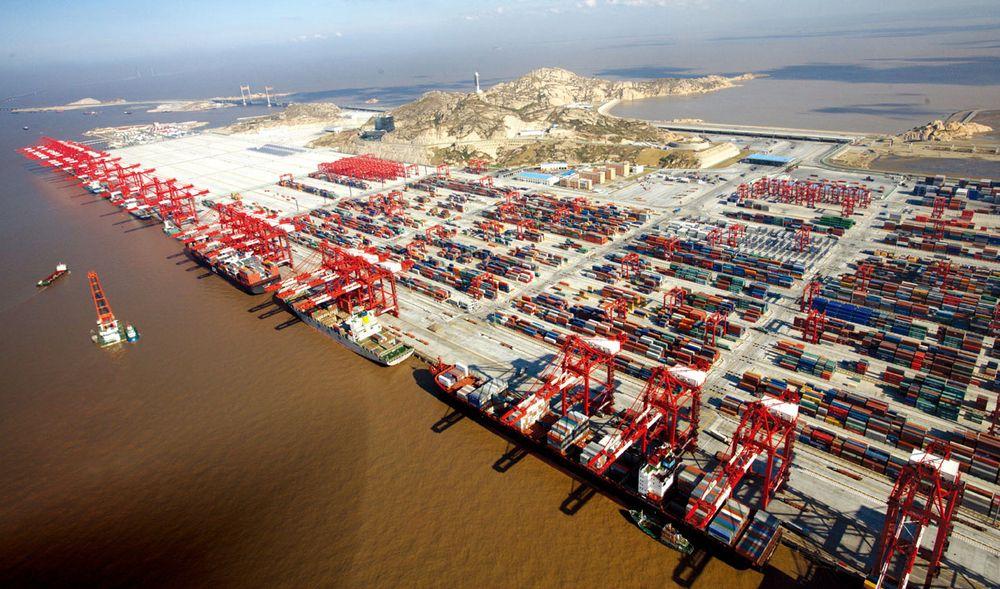 Yangshen dypvannskai ved Shanghai. Her fylles det ut i havet og bygges nye kaier og oppstillingsplass for containere.