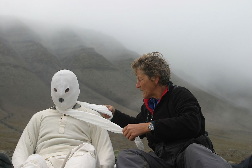 De norske forskerne Eigil Reimers og Sindre Eftestøl vant i fjor Ig Nobel-prisen for sin forskning. Her kles Reimers i isbjørn-forkledning.