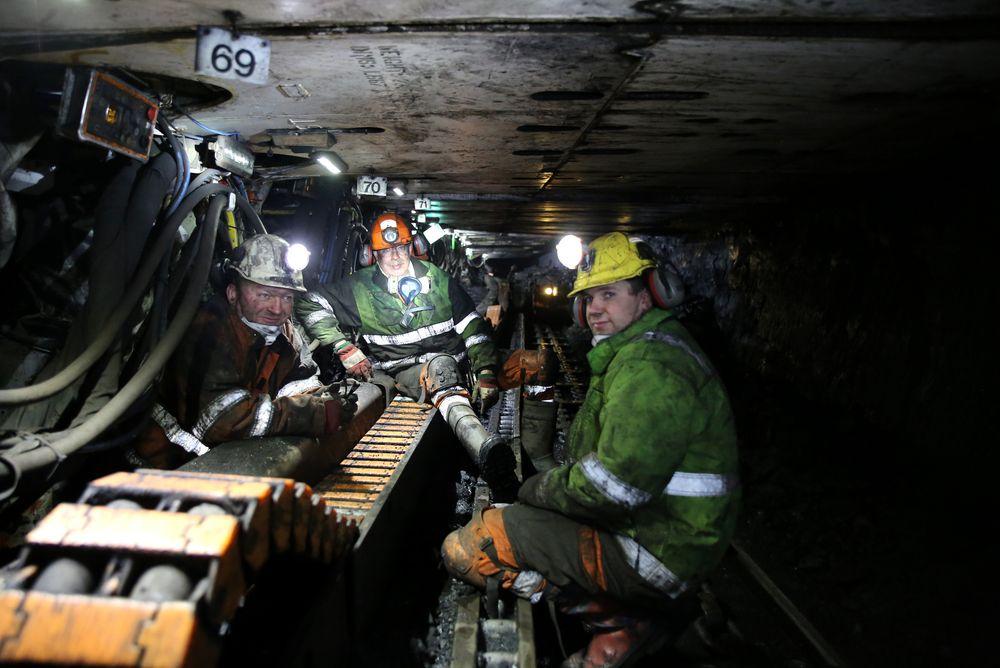 Odd Ivar Sæther (t.v.), Morten Svendsen og Andreas Kristiansen opererer den svært moderne strossa til flere hundre millioner kroner, og som sannsynligvis snart blir tatt ut av drift.
