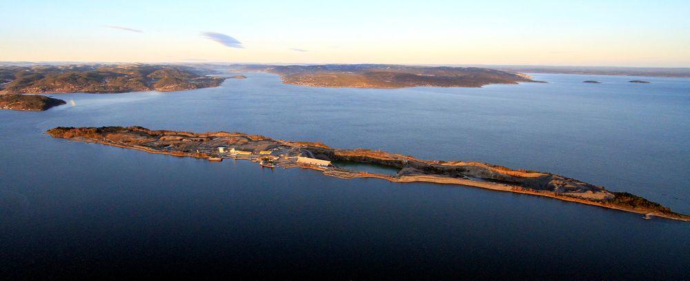 Når deponiet for farlig uorganisk avfall på Langøya (bildet) blir fullt, må vi finne et annet sted å gjøre av flygeasken, som i dag blandes med svovelsyre og deponeres som gips.