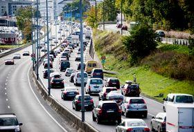 Oslo  20090925. Det var fredag ettermiddag mye biltrafikk på vei ut av Oslo. Både rushtid og høsttrafikk gjorde at bilister måtte smøre seg med ekstra mye tålmodighet. Foto: Kyrre Lien / Scanpix .
