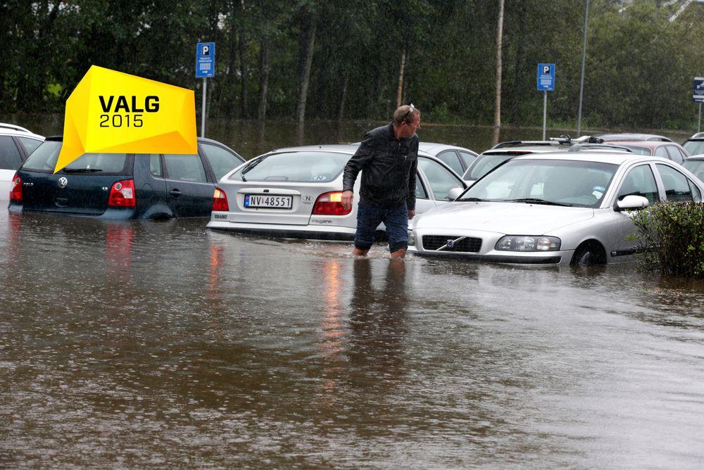 Oslo  20150902.Enorme vannmengder i underganger og i veibanene fører til at biler på Lørenskog må berges.Foto: Vidar Ruud / NTB scanpix