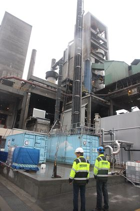 Akers aminteknologi kan sikre 50 prosent karbonfangst uten tilførsel av mer energi, viser testene på Norcem-fabrikken i Brevik.