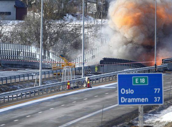 Sprengningen av Skjeggestad bru på E18 ved Holmestrand lørdag ettermiddag.Foto: Heiko Junge / NTB scanpix