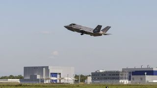 Her flyr F-35 i Europa for første gang