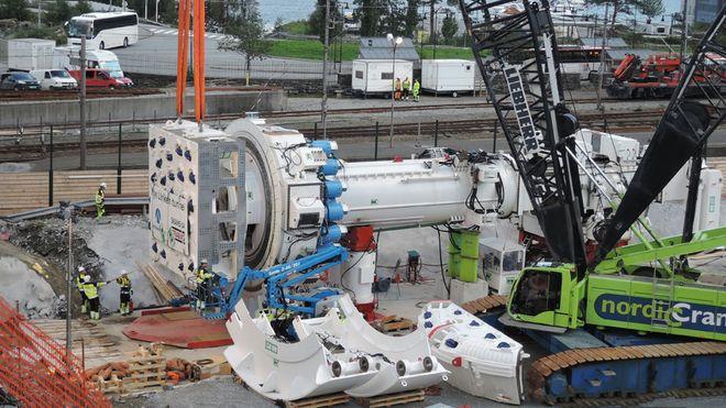 Her monteres maskinen som skal bore gjennom Ulriken