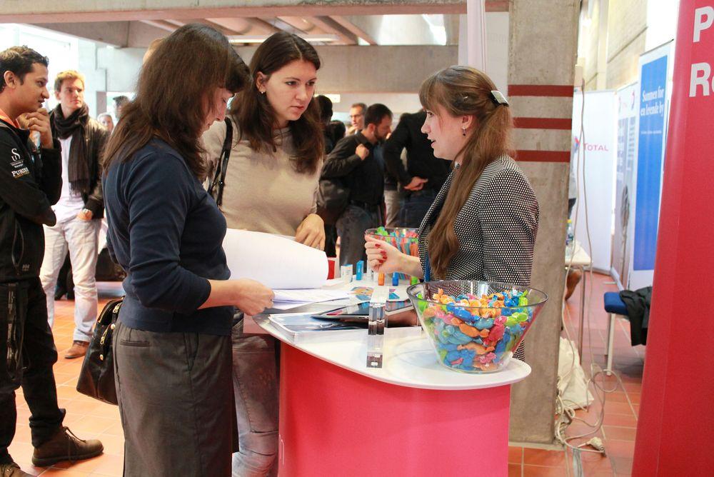 På Karrieredagen ved Universitetet i Stavanger var det i fjor 53 bedrifter som deltok. I år er antallet 43. For i det hele tatt klare å samle så mange måtte arrangørene kontakte hele 263 bedrifter.