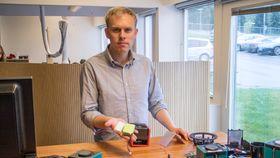 Radiokonstruktør: Sivilingneiør Andreas Erlandsen hos TT Micro har konstuert Pinell Go. Nå har han jobbet intenst for å få frem et nytt sikkert batteri og etablere et erstatingsprogram for å bytte ut det usikre batteriet så raskt som mulig.