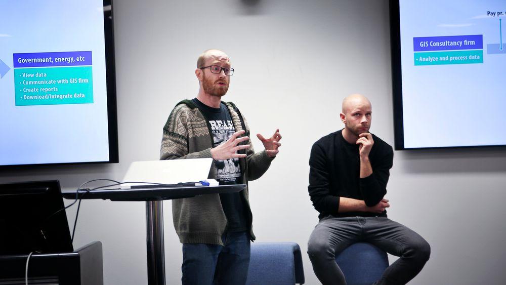 Jørgen Ekvoll (t.v.) CEO i Systemapic AS forklarer hvordan GIS-skyen fungerer.