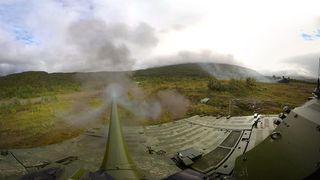 Slik er det å sitte på kanonen til Norges nye kampvogn
