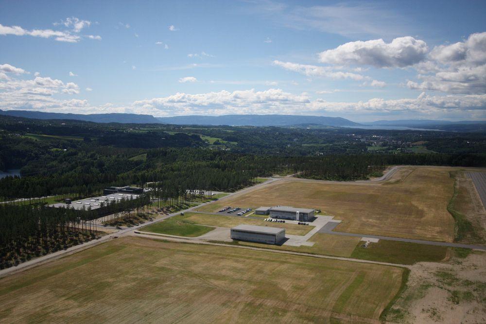 Selv om Norsk Titanium skal bygge ny fabrikk i USA, skal teknologisenteret her på Eggemoen ved Hønefoss bestå.