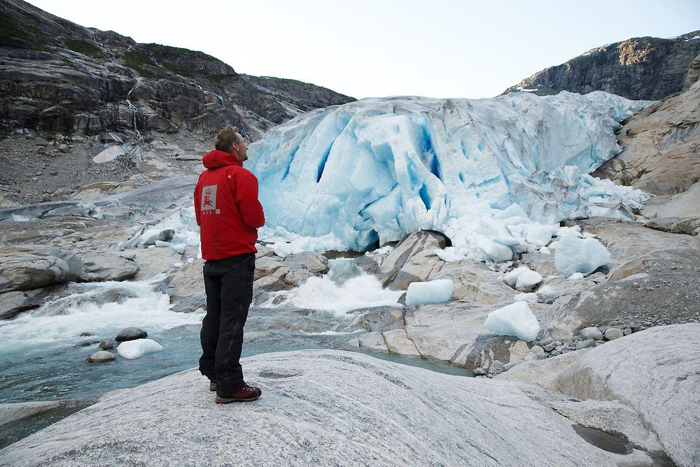 Hallgeir Elvehøy, senioringeniør i NVE, foran Nigardsbreen, som på tre år har trukket seg tilbake om lag 130 meter.