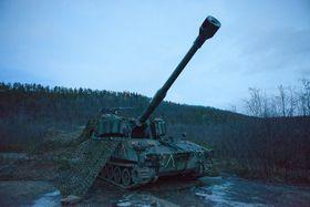 Norsk M109 artillerivogn i kamuflasje.