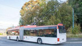 Linje 2, her på endestopp på Birkelundstoppen, er en leddbuss på trolleydrift. Den går en 7,3 km rute med stigning fra Bergen sentrum.