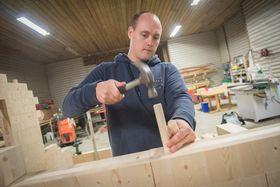 Lett å sette sammen: Gründer Nils Magnus Kjenstad i Nimo demonstrerer hvordan han setter sammen byggeelementene av limtre.