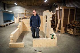 Rask bygging: Nils Magnus Kjenstad brukte 42 minutter på å sette sammen denne rammen. De fleste treslag kan brukes. I dette tilfellet er det brukt gran.