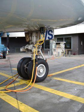 """Flyene på blant annet Gardermoen får """"landstrøm"""" via kabler og utstyr fra Cavotec. Det er samme prinsipp som for strøm til skip, men med større spenning og effekt til maritim sektor."""