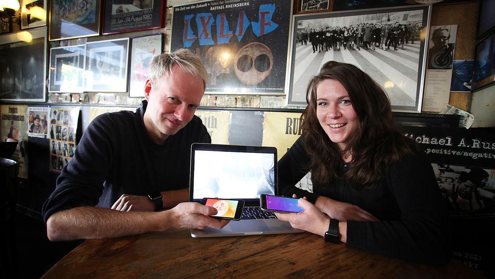 Espen Systad har gjort om vekker-appen capsule.fm til skreddersydd døgnradio. Her fotografert i Berlin – sammen med kollega Marte Kilde Arnøy, som er ansvarlig for testing og innhold.