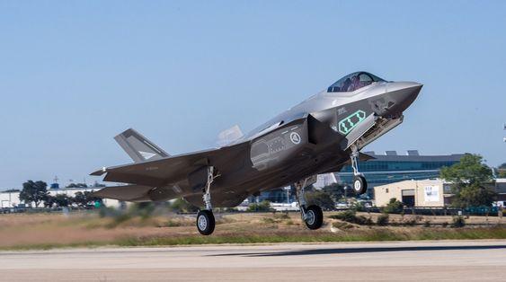 Her tar det første norske F-35-flyet av for første gang.