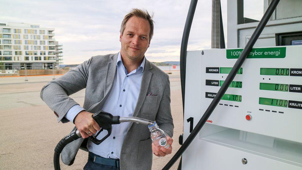 Administrerende direktør Geir H. Ingeborgrud i Eco-1 vil erstatte mest mulig av norsk diesel med finsprodusert fornybar diesel. Den klare væsken han holder i hånden er deres G2 polar som ser ut som vann og er nesten luktfri. Svært ulikt vanlig diesel.
