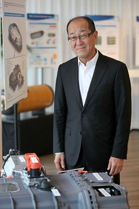 Sjefingeniør Yoshikazu Tanaka har jobbet i Toyota siden 1987. Først med ansvar for automatgir- og drivlinjesystemer, deretter Prius plug-in og nå Mirai.Her foran brenselcella som sitter i sistnevnte.