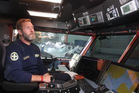 Kaptein Knut Hveding har alle funksjoner han trenger innen rekkevidde fra sin førerstol.