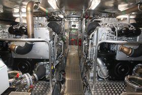 To MTU 2000 dieselmotorer, hver på 1.220 kW (totalt 3.600 hk) får båten opp i 40 knop ved hjelp av Rolls-Royce vannjeter. Fartøyet har en trekkraft på 12 tonn.