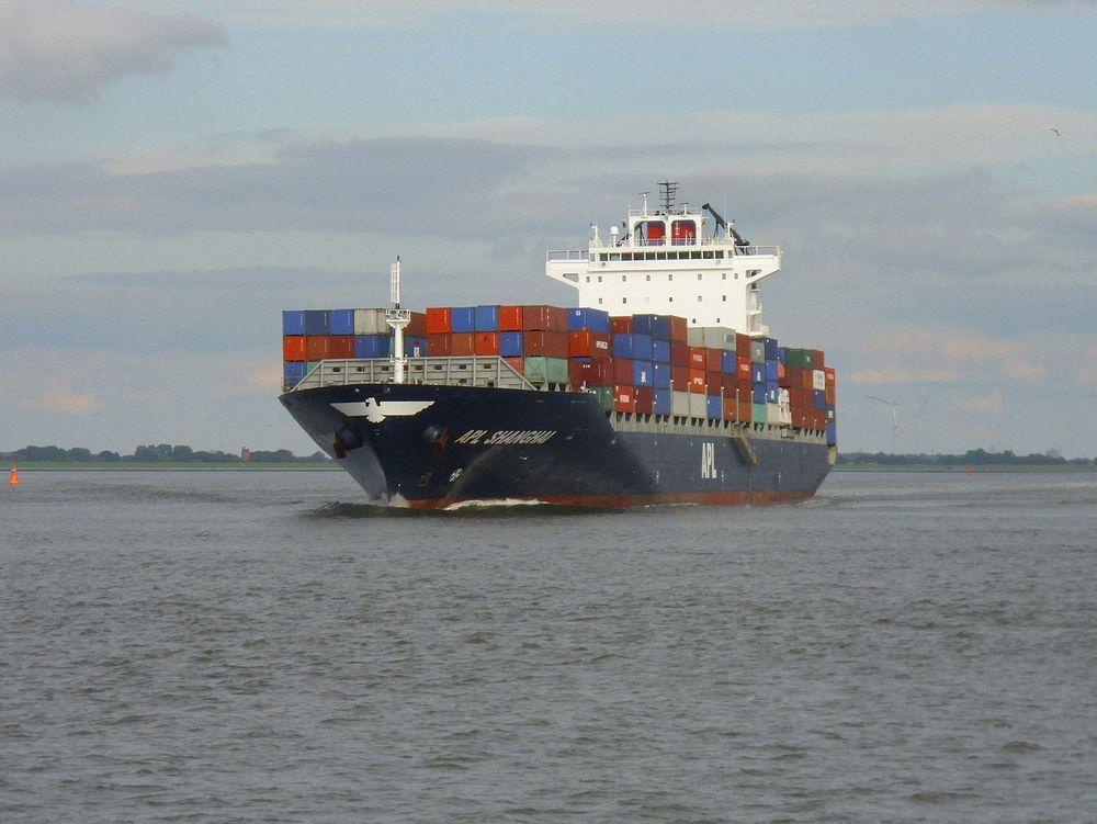 APL øker farta på rute mellom Asia og vestkysten av USA. APL Shanghai er på 50201 dødvekttonn, bygget i 2010. Det 262 meter lange og 33 meter brede  containerskipet kan ta  4235 TEU containere.