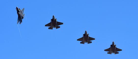 Her er AM-1 og AM-2 i formasjon med to amerikanske F-35 på vei til Luke AFB i Arizona.
