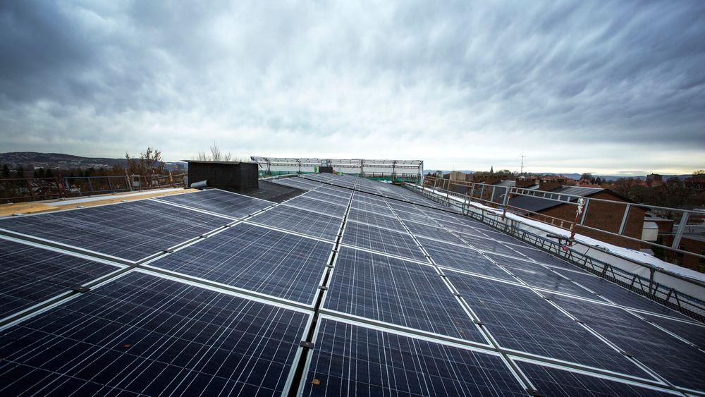 Skjulte feil kommer fram: Danskene regner med et skred avsøksmål i årene som kommer, etter at mange privatpersoner har kjøpt solcellepaneler av dårlig kvalitet i årene hvor solcellemarkedet tok av. Illustrasjonsfoto.
